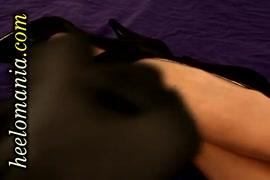 El perno prisionero negro da el dinero-tiro en los zapatos hermosos del alto talón y los pies pantyhosed